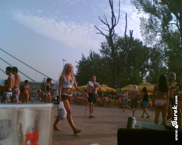 mlada novosadjanka na gradskoj plaži